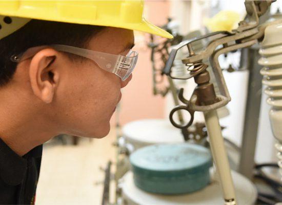 Técnico de Electricidad con PLC y Energía Renovable